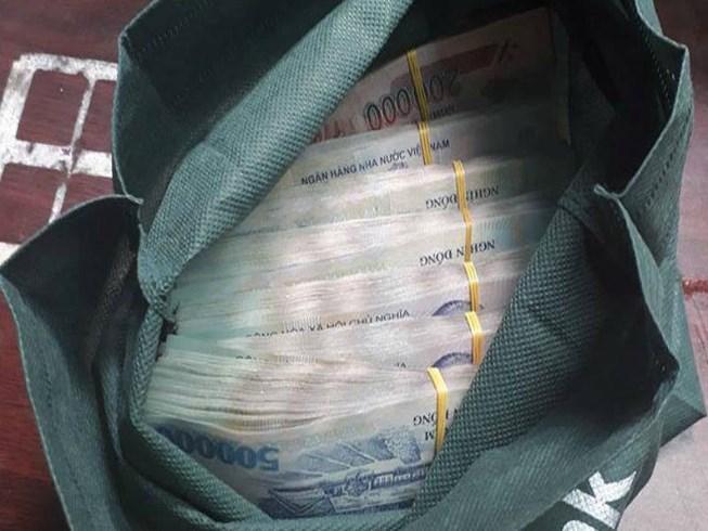 """Công an tìm chủ nhân túi xách chứa hơn 500 triệu đồng bị """"bỏ quên"""" ở chiếu bạc - Ảnh 1"""
