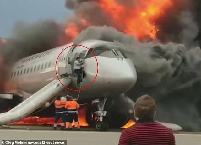 Video: Cơ phó liều mình lao vào máy bay đang cháy ngùn ngụt để cứu cơ trưởng - Ảnh 1