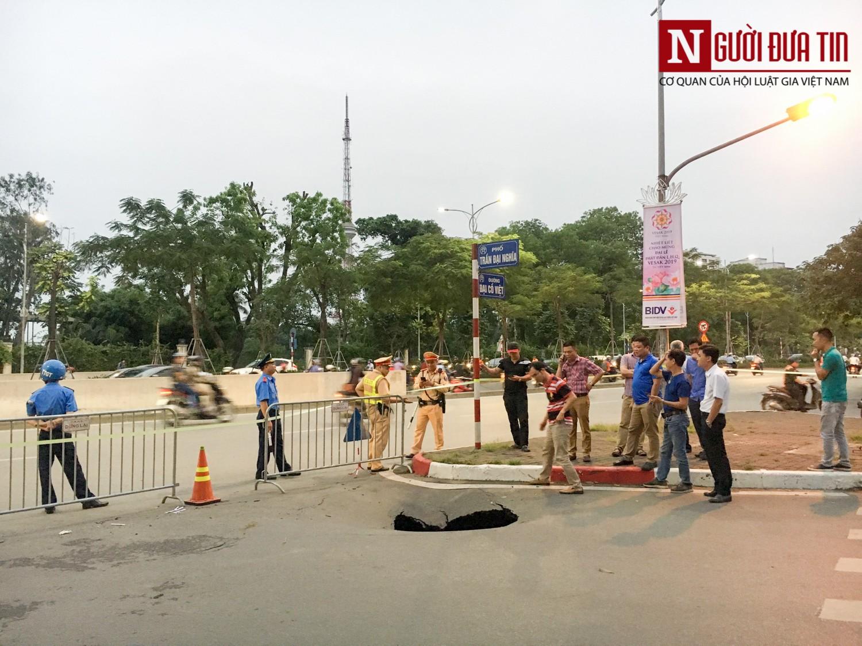 """Hãi hùng """"hố tử thần"""" sâu gần 2 mét bất ngờ xuất hiện trên đường phố Hà Nội - Ảnh 1"""