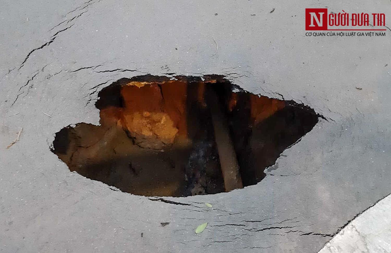 """Hãi hùng """"hố tử thần"""" sâu gần 2 mét bất ngờ xuất hiện trên đường phố Hà Nội - Ảnh 2"""