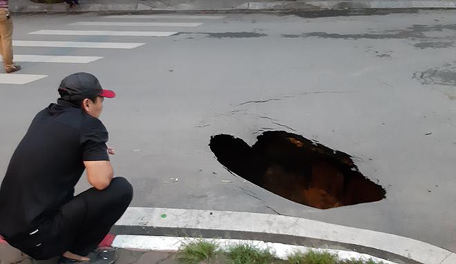"""Hãi hùng """"hố tử thần"""" sâu gần 2 mét bất ngờ xuất hiện trên đường phố Hà Nội - Ảnh 3"""