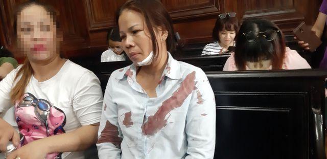 Vợ bị cáo bất ngờ bị đánh chảy máu, ngã gục ngay trước phòng xử án - Ảnh 1