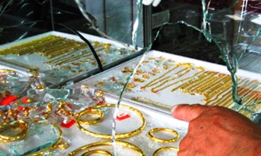 Hàng chục cảnh sát truy bắt nghi can đập vỡ tủ kính, cướp 30 sợi dây chuyền vàng - Ảnh 1