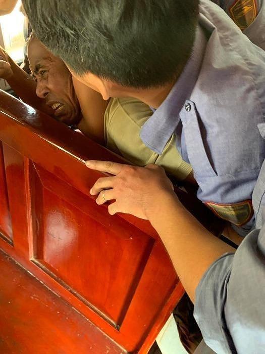 Hành hung vợ ngay trên tàu SE8, người đàn ông bị khống chế - Ảnh 1