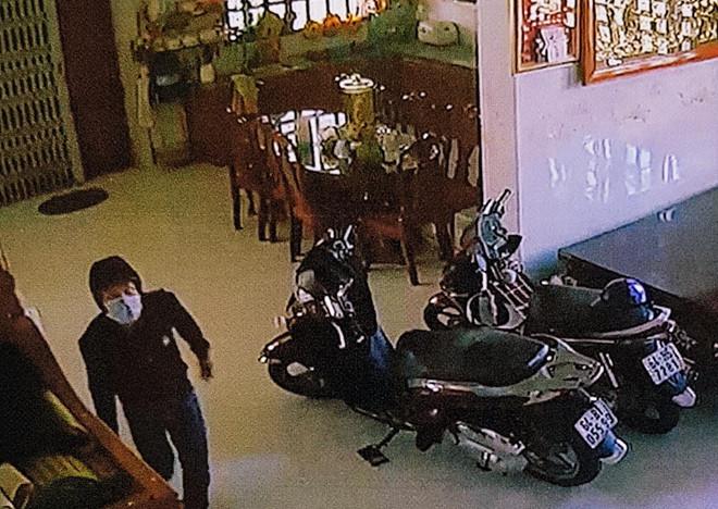 Vụ trộm 8 tỷ đồng trong căn nhà lắp đầy camera: 2 nghi phạm trốn truy nã ra đầu thú - Ảnh 2