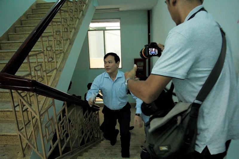 """Video: Ông Nguyễn Hữu Linh """"chạy như bay"""" vào nhà vệ sinh trốn ống kính phóng viên - Ảnh 1"""