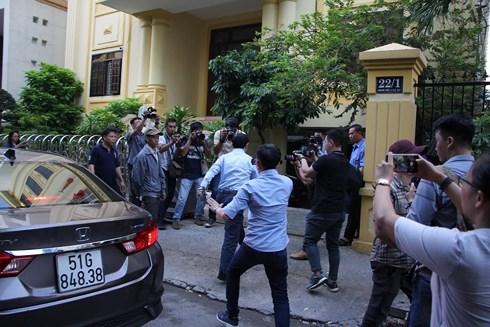 Xử vụ nghi dâm ô bé gái trong thang máy: Ông Nguyễn Hữu Linh trốn vào nhà vệ sinh khi đến tòa - Ảnh 1