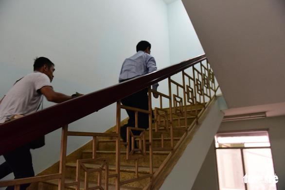 Xử vụ nghi dâm ô bé gái trong thang máy: Ông Nguyễn Hữu Linh trốn vào nhà vệ sinh khi đến tòa - Ảnh 2