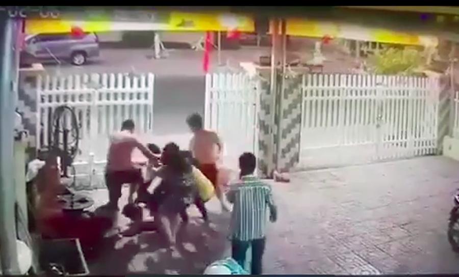 2 chiến sĩ công an đánh người đàn ông hàng xóm nhập viện bị khởi tố - Ảnh 1