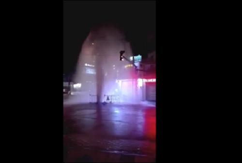 """Cột nước phun cao gần 10 mét như """"vòi rồng"""" giữa đường phố TP.HCM, nhiều người hốt hoảng bỏ chạy - Ảnh 1"""
