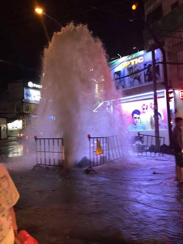 """Cột nước phun cao gần 10 mét như """"vòi rồng"""" giữa đường phố TP.HCM, nhiều người hốt hoảng bỏ chạy - Ảnh 2"""