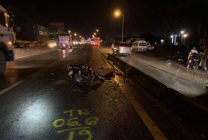 Hiện trường vụ xe máy tông đuôi ô tô tải, thanh niên tử vong tại chỗ - Ảnh 1
