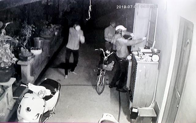 Vụ băng nhóm cạy cửa, chích roi điện tấn công: Giây phút người cha cầm bình chữa cháy cứu con - Ảnh 1