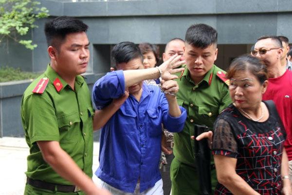 """Trùm bảo kê chợ Long Biên Hưng """"kính"""" lấy tay che mặt hầu tòa, phiên xử đột ngột hoãn - Ảnh 2"""