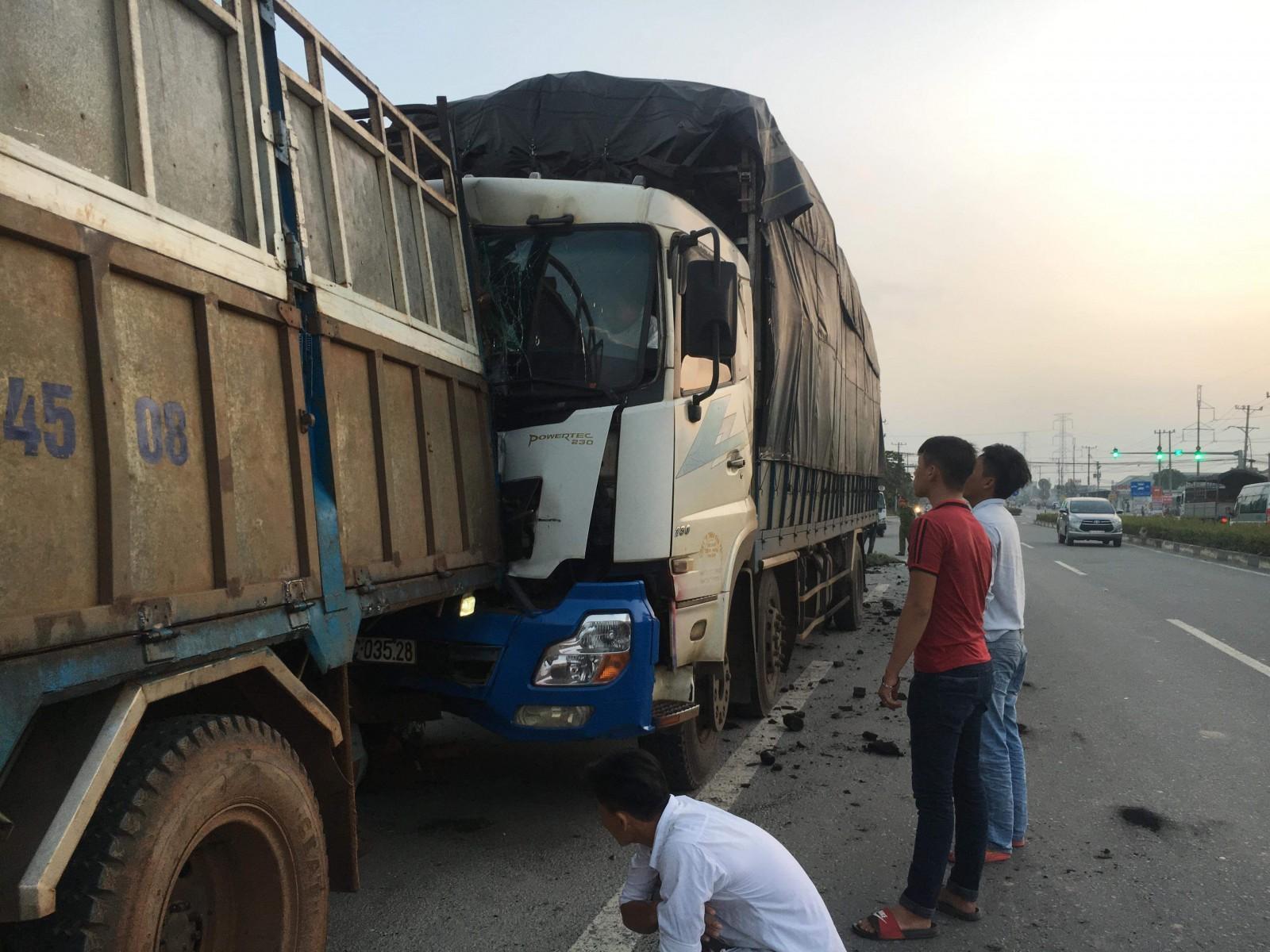 Đang cặm cụi sửa xe, tài xế bị ôtô tải chở than lao tới tông tử vong - Ảnh 1