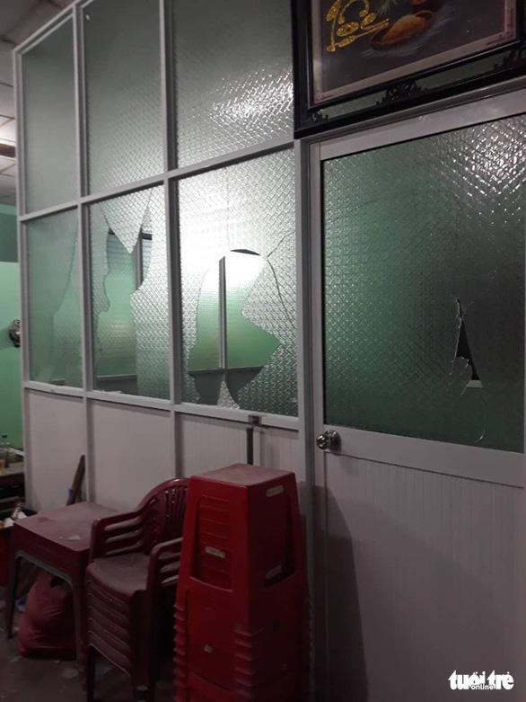 Vụ ném bình gas, nổ súng truy sát ở tiệm cầm đồ: Xác định nguyên nhân dẫn đến trận xô xát kinh hoàng - Ảnh 2