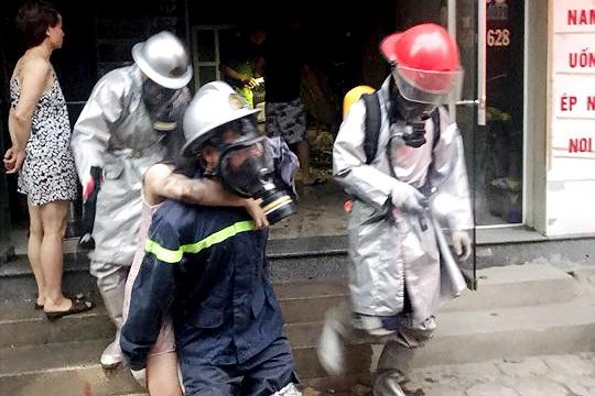 Hà Nội: Cảnh sát giải cứu thai phụ mắc kẹt trong đám cháy lúc rạng sáng - Ảnh 1
