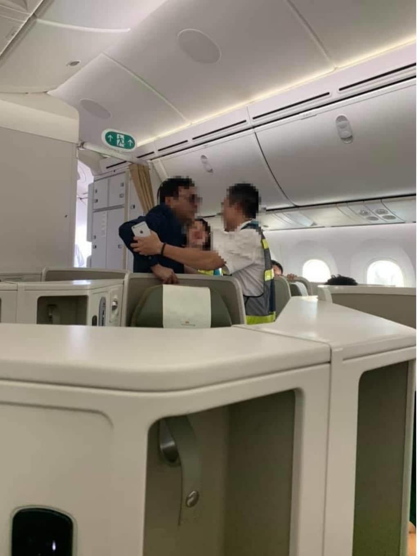 """Vụ cựu sếp Đất Lành bị tố sàm sỡ cô gái trên máy bay: Đại gia """"máu mặt"""" thế nào? - Ảnh 2"""