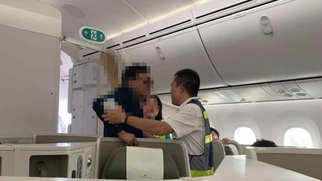 Vụ khách thương gia bị tố sàm sỡ cô gái trên máy bay Vietnam Airlines: Cục Hàng không Việt Nam lên tiếng - Ảnh 1