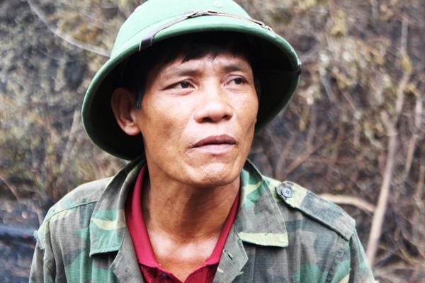 Cảm phục người đàn ông chạy xe hơn 12km để dập lửa vụ cháy rừng ở Hà Tĩnh - Ảnh 1
