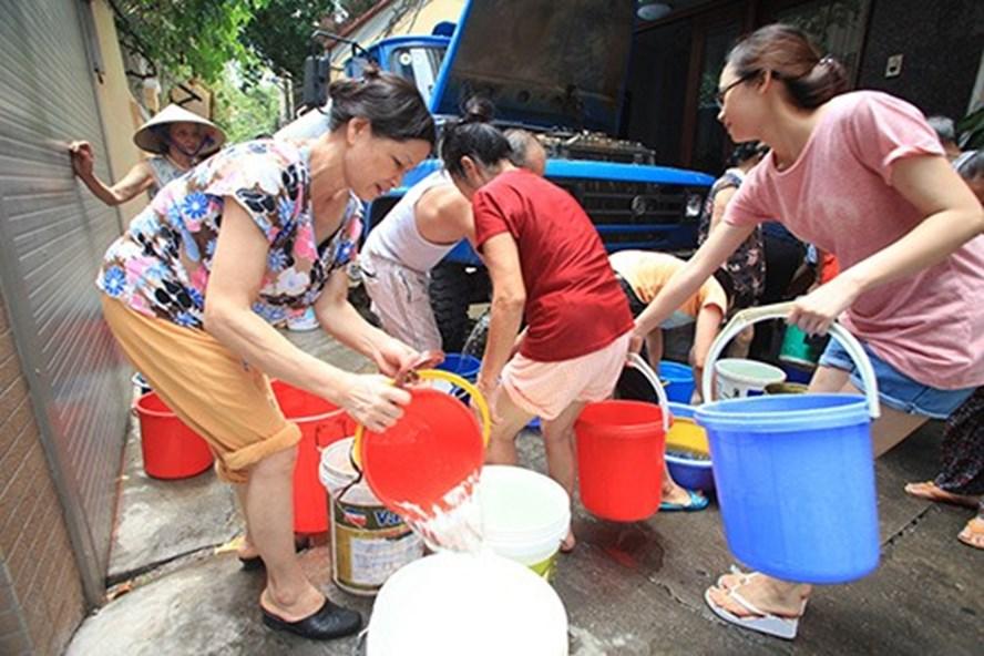 Nước sông Đà xuống thấp, người dân Hà Nội đối mặt nguy cơ thiếu nước sạch - Ảnh 1