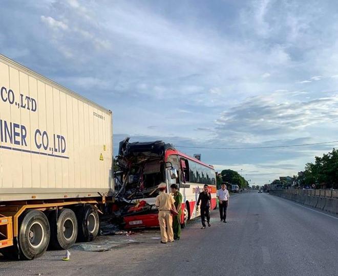 Vụ xe khách chở 50 người đi du lịch đâm đuôi container: Sau tiếng động lớn, mọi người đè chồng lên nhau - Ảnh 3