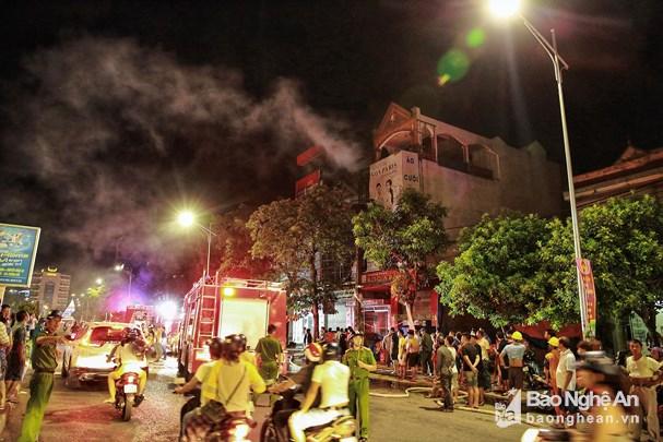 Ảnh viện áo cưới cháy ngùn ngụt trong đêm, cả khu phố náo loạn - Ảnh 1