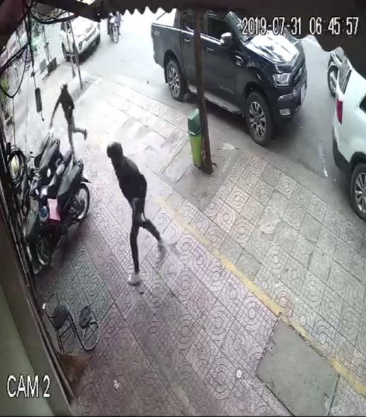 """Video: Phở Hòa nổi tiếng bị """"giang hồ"""" tạt sơn, mắm tôm - Ảnh 1"""