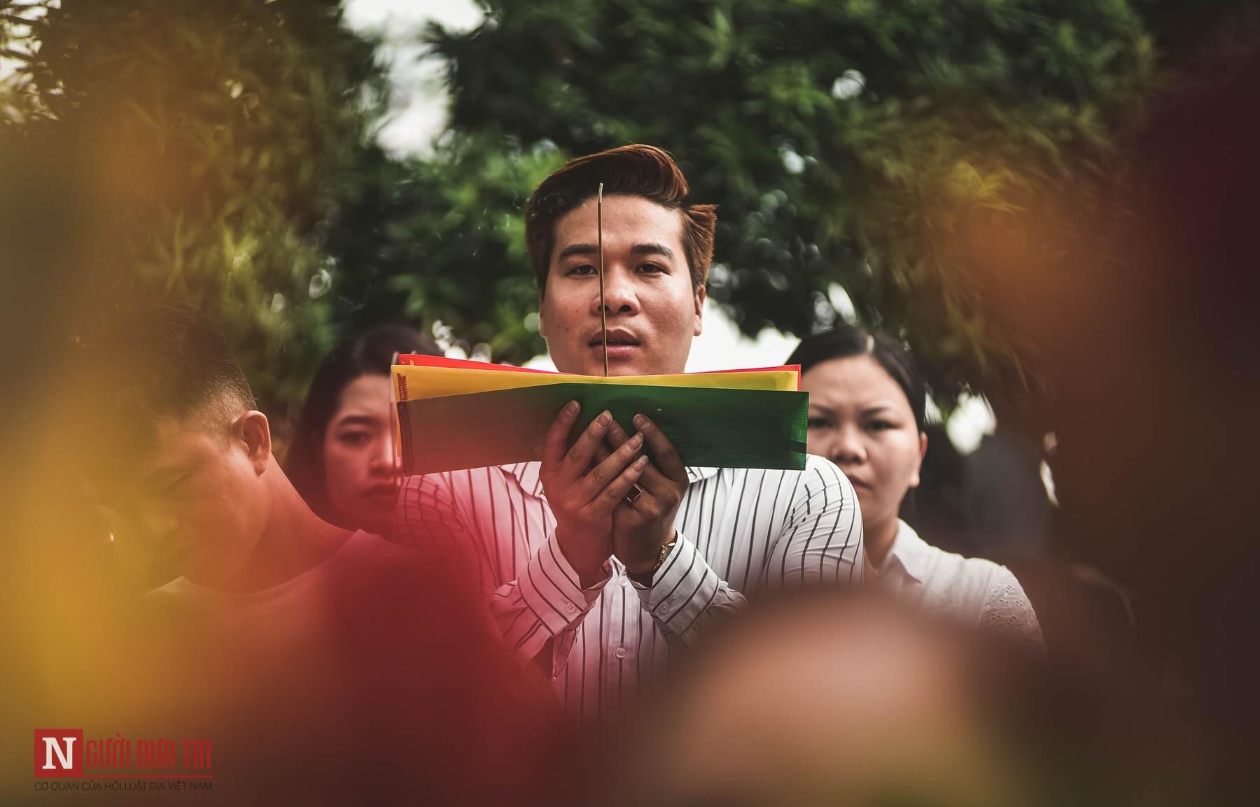 Cận cảnh người chen người, lễ chồng lễ ở phủ Tây Hồ ngày đầu tháng Ngâu - Ảnh 6