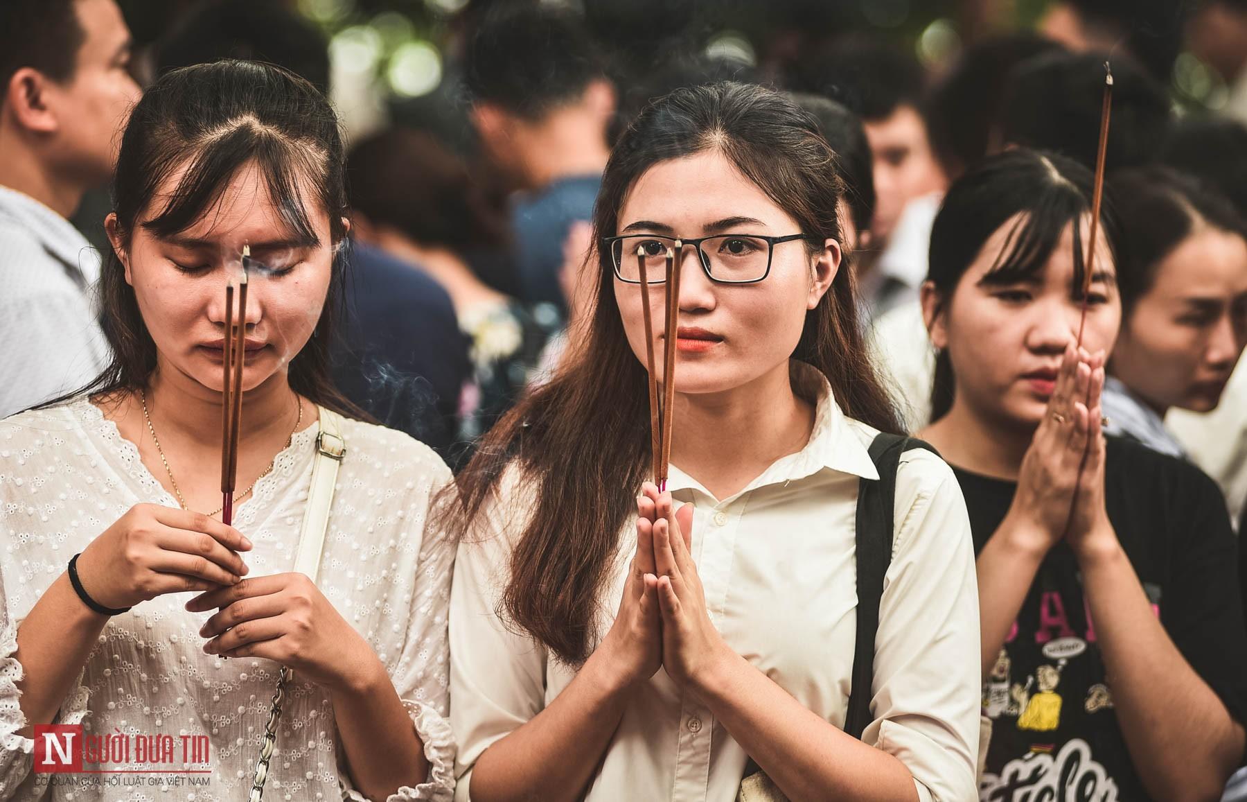 Cận cảnh người chen người, lễ chồng lễ ở phủ Tây Hồ ngày đầu tháng Ngâu - Ảnh 7