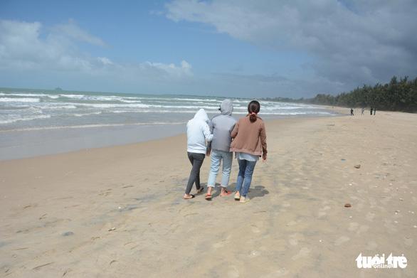 Vụ 4 người đuối nước ở Bình Thuận: Vợ thoát nạn xin xuất viện, ra biển ngóng tin chồng mất tích - Ảnh 1