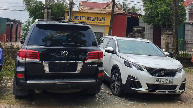 """Vụ dân đánh trống, bao vây nhóm côn đồ phá cổng làng ở Thanh Hóa: Tạm giữ xe sang biển số """"khủng"""" - Ảnh 1"""