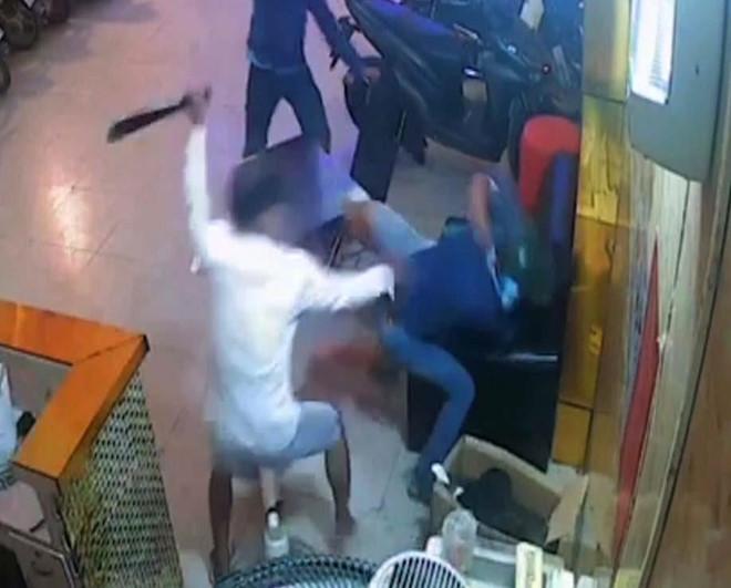 Tin tức pháp luật mới nóng nhất hôm nay 7/8: Nam thanh niên bị côn đồ chém gục trong quán karaoke - Ảnh 1
