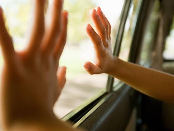 Những kỹ năng giúp trẻ thoát thân trên ô tô nhanh và an toàn nhất - Ảnh 1