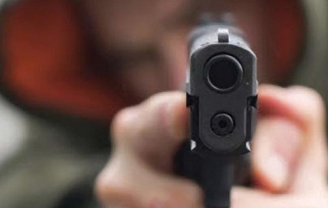 Điều tra vụ thanh niên bịt mặt, lạnh lùng rút súng bắn gục người đàn ông ở Thái Bình - Ảnh 1