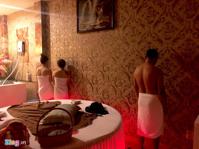 """Bí mật trong phòng VIP """"động"""" massage: 7 nữ tiếp viên khỏa thân kích dục cho khách nam - Ảnh 1"""