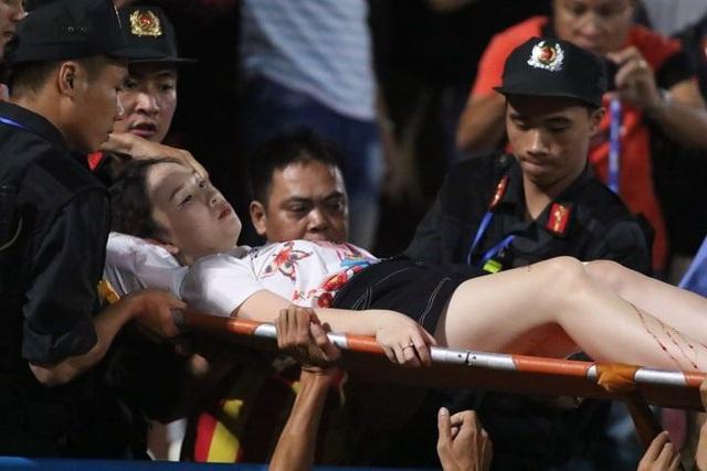 """Nữ cổ động viên bị trúng pháo sáng trên sân Hàng Đẫy: """"Tôi sững sờ không nghĩ được gì"""" - Ảnh 1"""