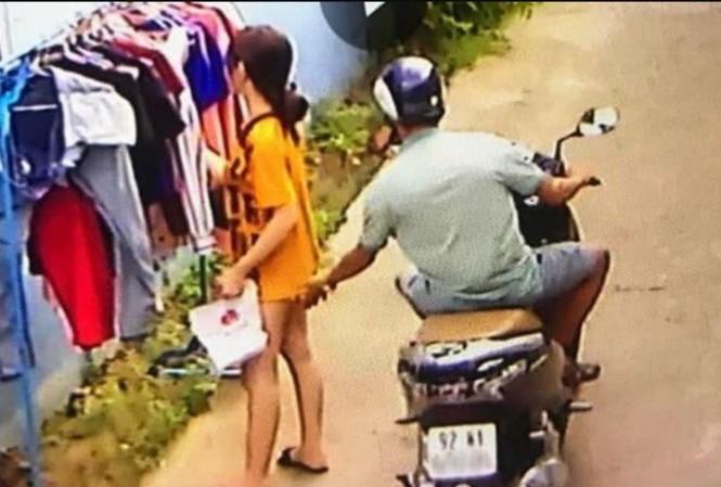 Đang đứng phơi đồ trước xóm trọ, cô gái bị thanh niên phóng xe máy sàm sỡ - Ảnh 1