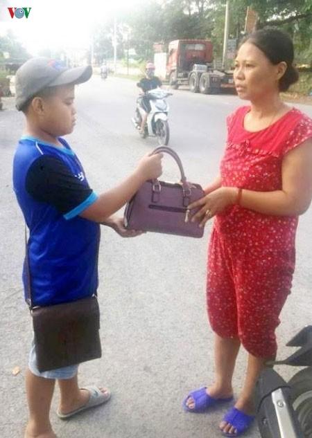 Thanh Hóa: Trên đường đi học về, nam sinh lớp 7 nhặt được hơn 70 triệu đồng - Ảnh 1