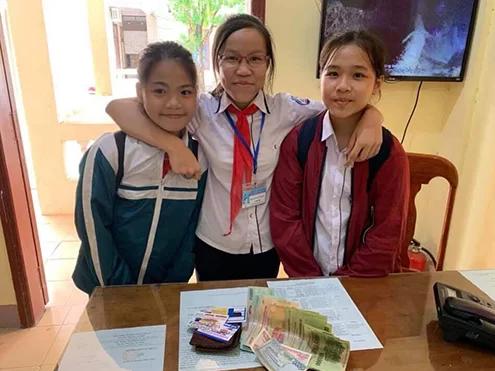 Nụ cười tỏa nắng của 3 nữ sinh Quảng Trị trả lại gần 10 triệu đồng nhặt được - Ảnh 1