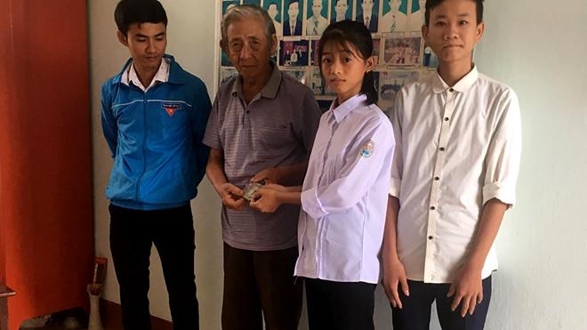 Nhặt được bọc tiền 14 triệu, 2 học sinh ở Hà Tĩnh nhờ xã phát loa thông báo tìm người đánh rơi - Ảnh 1