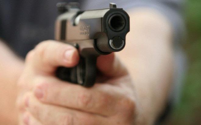 Điều tra vụ chồng đang nhậu, vợ chở trai lạ tới dùng súng bắn trọng thương - Ảnh 1
