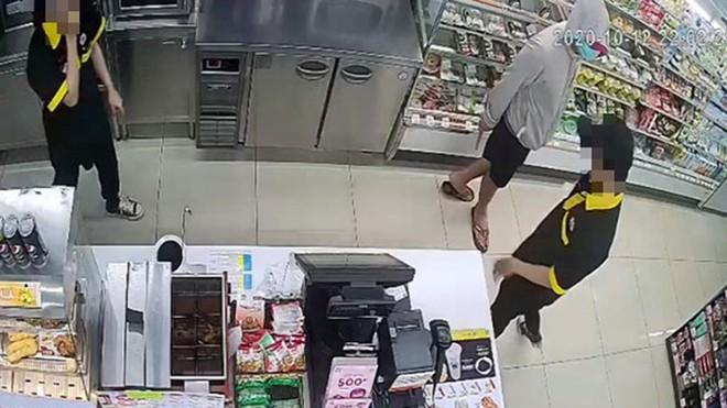 Vụ thanh niên cầm dao đe dọa 2 nhân viên cửa hàng cướp 2,5 triệu: Tên cướp chạy bộ tẩu thoát - Ảnh 1