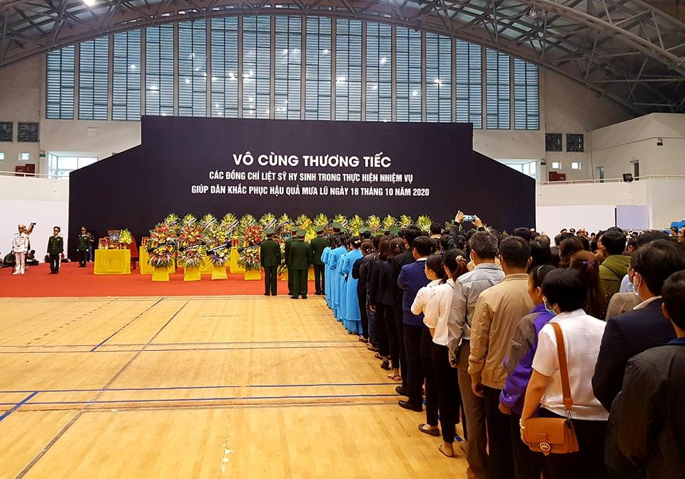 Hàng nghìn người viếng 22 quân nhân Đoàn 337 hy sinh trong trận sạt lở ở Quảng Trị - Ảnh 2