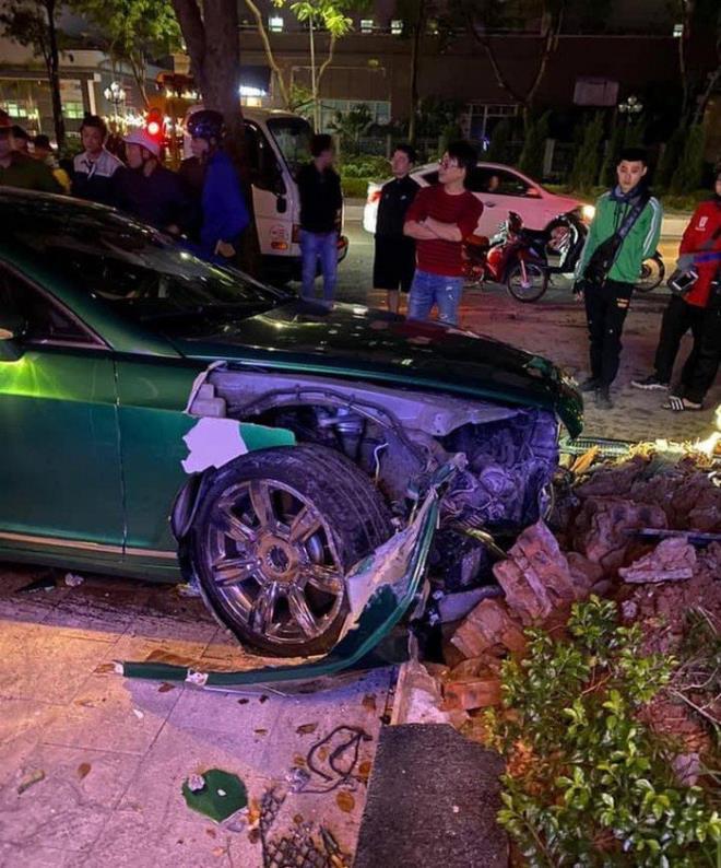 Tin tai nạn giao thông mới nhất ngày 23/10/2020: Siêu xe Bentley 25 tỷ nát đầu sau cú tông bồn cây ở Hà Nội - Ảnh 1