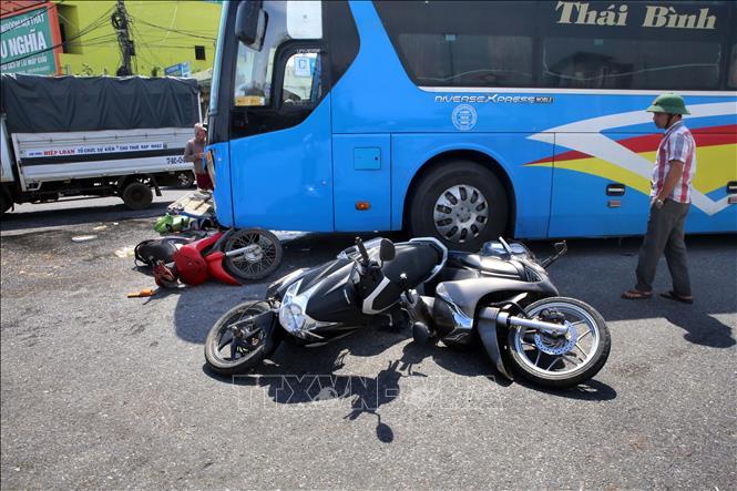 Tin tai nạn giao thông mới nhất ngày 23/10/2020: Siêu xe Bentley 25 tỷ nát đầu sau cú tông bồn cây ở Hà Nội - Ảnh 2