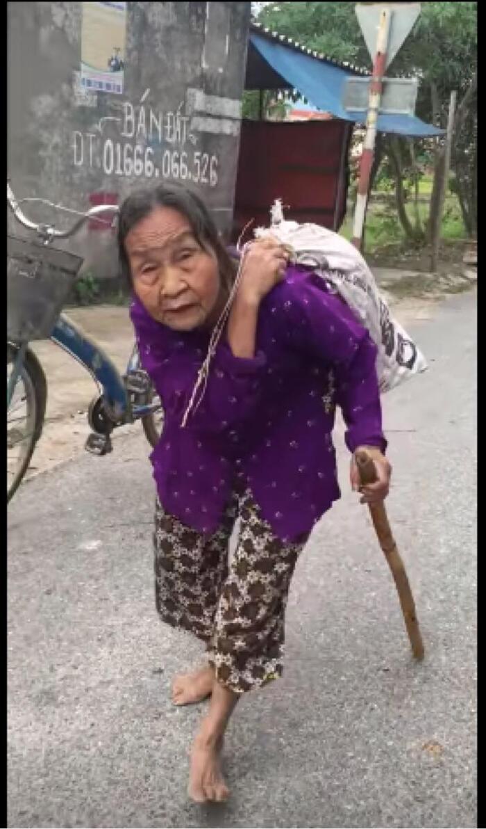 """Cụ bà hơn 80 tuổi lưng còng """"cõng"""" bao quần áo cứu trợ miền Trung: """"Ủng hộ hết tôi lại mua, lo gì!"""" - Ảnh 2"""