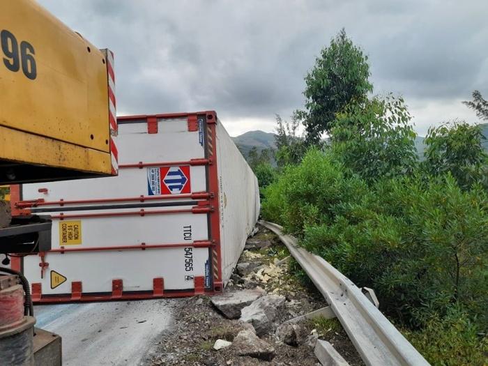 Tin tai nạn giao thông mới nhất ngày 27/10/2020: Xe tải đối đầu ô tô khách, tài xế tử vong trong cabin - Ảnh 2