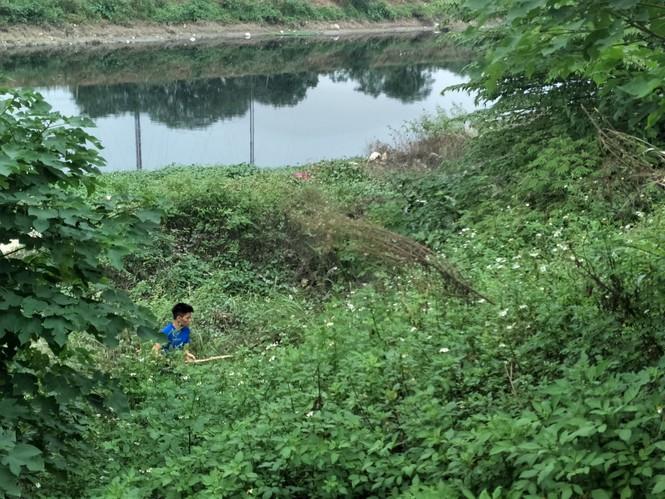 """Vụ nữ sinh Học viện Ngân hàng mất tích bí ẩn: """"Xới tung"""" bờ sông Nhuệ tìm kiếm tung tích - Ảnh 2"""