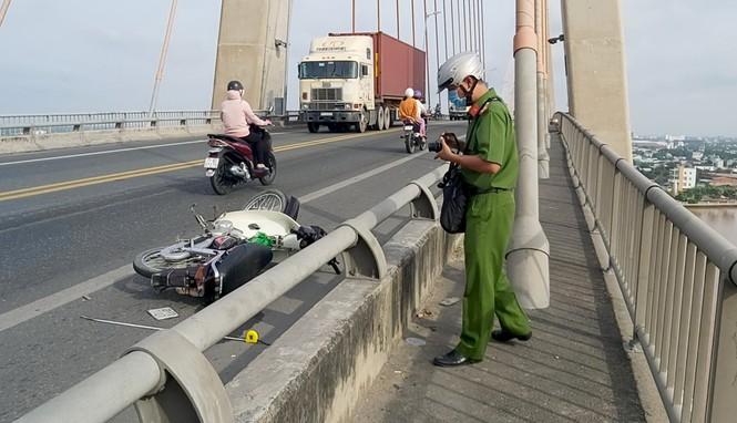 Vụ thanh niên nằm bất tỉnh trên cầu Rạch Miễu: Người nạn nhân nhiều vết thương - Ảnh 1